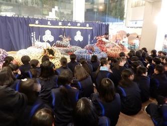 2日目の夜に、中国地方に伝わる伝統芸能である石見神楽を鑑賞しました。生徒たちと同じ年の子供たちによる演舞を体験することができました。